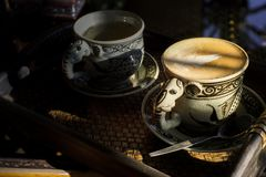 Tappningkopp kaffe och varmt te arkivfoton