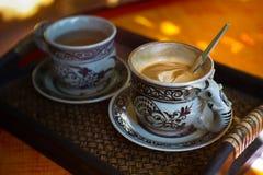 Tappningkopp kaffe och varmt te arkivbild