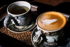 Tappningkopp kaffe och varmt te arkivfoto