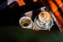 Tappningkopp kaffe och varmt te royaltyfri bild
