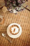 Tappningkopp kaffe på tabellen Royaltyfria Foton