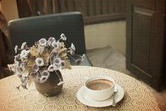 Tappningkopp kaffe på tabellen Royaltyfri Fotografi