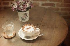 Tappningkopp kaffe på tabellen Royaltyfri Foto