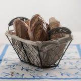 Tappningkorg med franska bagetter Royaltyfri Fotografi