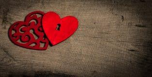 Tappningkort med röda hjärtor på gammalt trä. Valentindagbakgrund. Arkivfoto