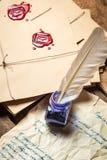 Tappningkuvert och gammal bokstav som är skriftliga med blått färgpulver Arkivbild