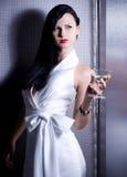 Tappningkvinna i retro klänning med martini Royaltyfria Foton