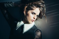 Tappningkvinna med makeup, klassisk stil lockigt elegantt flickahår Modekvinna med makeup i retro stil _ arkivbild