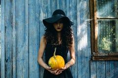 Tappningkvinna som häxa Fotografering för Bildbyråer