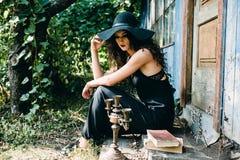 Tappningkvinna som häxa Arkivbild