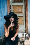 Tappningkvinna som häxa Arkivfoto