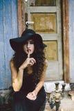 Tappningkvinna som häxa Royaltyfria Bilder