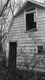 Tappningladugård i bygden i svartvitt Royaltyfria Bilder