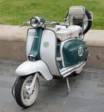 TappningLambretta motorisk sparkcykel fotografering för bildbyråer