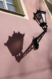 Tappninglampa på väggen i gamla Riga Royaltyfria Bilder
