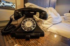 Tappninglandlinetelefon i lyxigt hotell för sovrum arkivbild
