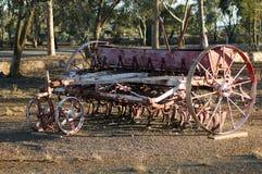 Tappninglantgårdmaskineri parkerar in royaltyfri bild