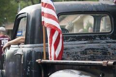 Tappninglastbil med amerikanska flaggan Arkivbild