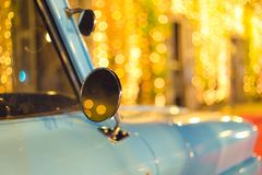 Tappninglastbilen under bokehljus från tappning shoppar, tappningstil, retro bil royaltyfri fotografi