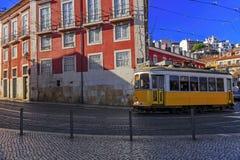 TappningLissabon spårvagn på stadsgatan Arkivbilder
