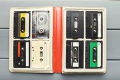 Tappningljudkassetter i den vita organisatören på grå färgtabellen, bästa sikt Arkivbild