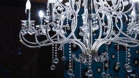 Tappningljuskrona gem Stäng sig upp på kristall av den moderna ljuskronan, är ett förgrena sig dekorativt ljust fast tillbehör stock video