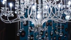 Tappningljuskrona gem St?ng sig upp p? kristall av den moderna ljuskronan, ?r ett f?rgrena sig dekorativt ljust fast tillbeh?r stock video
