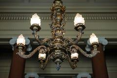 Tappningljuskrona i retro slott med trevlig blurr Fotografering för Bildbyråer
