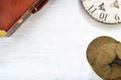 Tappningloppbakgrund Gamla resväska och objekt på trätabl Arkivfoto
