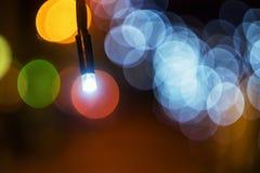 Tappninglykta med den röda radbandet Ramadanlynne på natten med ljus garnering i bakgrunden Royaltyfri Fotografi
