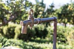 Tappningmässingsvattenklapp royaltyfria foton