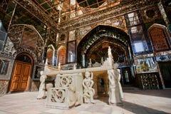 Tappningmarmorbiskopsstol som byggs i 1806 för Qajar dinasty konungar, i historisk terrass med speglar och orientaliska prydnader Arkivfoto