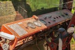 Tappningmetallinstrumentbräda i traktorkabin Royaltyfri Bild