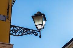 Tappningmetalllampa på väggen Royaltyfri Foto
