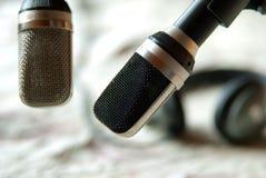 Tappningmikrofoner med hörlurar arkivbilder