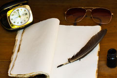 Tappningminnen på träbakgrund, fick- bok för antecknade minnen Royaltyfri Foto