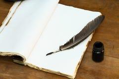Tappningminnen på träbakgrund, fick- bok för antecknade minnen Arkivbilder