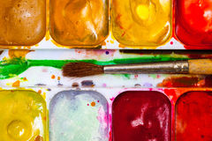Tappningmålarfärg-ask med borsten Arkivfoton