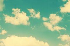 Tappningmoln och himmelbakgrund Arkivbild