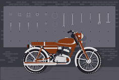 Tappningmotorcykel i garage Arkivfoton