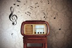 Tappningmusikanmärkningar med den gamla radion Royaltyfri Fotografi