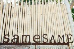 Tappningnamn från rostiga bokstäver för metall Gamla järnbokstäver på bambubakgrund Arkivbild