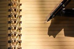 Tappningpapper med pennan Royaltyfri Foto