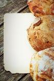 Tappningpappersram med traditionellt bröd royaltyfria foton