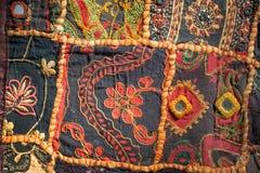 Tappningpatchwork av retro handgjord matta Modeller på textur av den gamla filten ytbehandlar med blommor Arkivbild