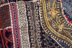 Tappningpatchworkbakgrund på retro handgjord matta Modeller på textur av gammal filtyttersida Arkivbild