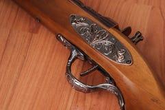 Tappningpistoler på träbakgrund Royaltyfri Bild