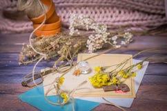 Tappningplats av gamla vykort, torkade blommor, antika exponeringsglas Royaltyfri Fotografi