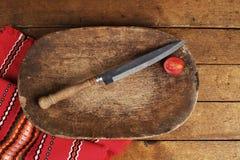 Tappningplatta och kniv arkivbilder