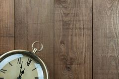 Tappningpocketwatch och träbakgrund Raddor kopierar <a href='http://www Arkivfoto